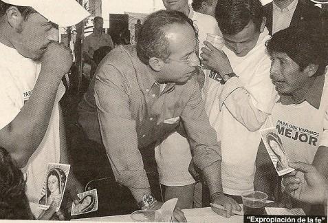 Felipe Calderón, durante la campaña presidencial de 2006, firma estampitas de la virgen de Guadalupe a sus posibles electores.